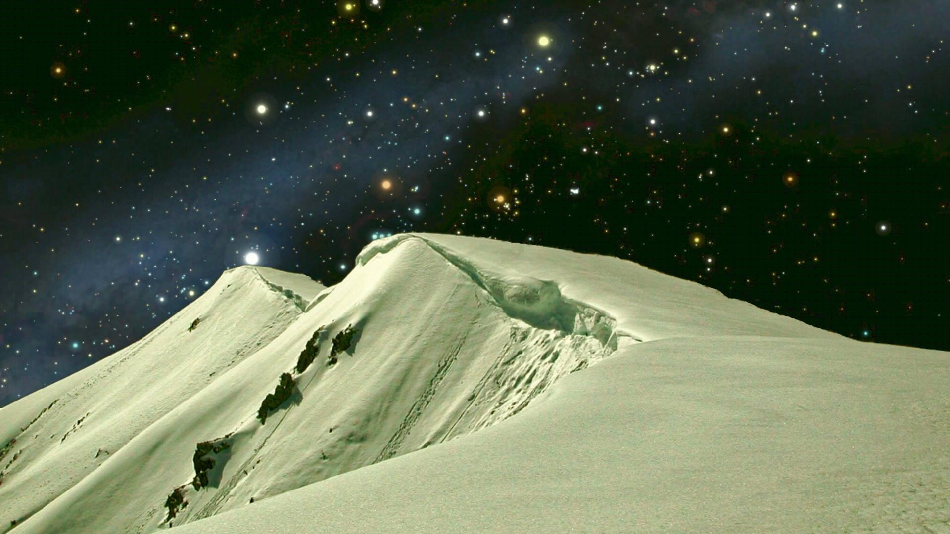 Arête neigeuse sous un ciel étoilé